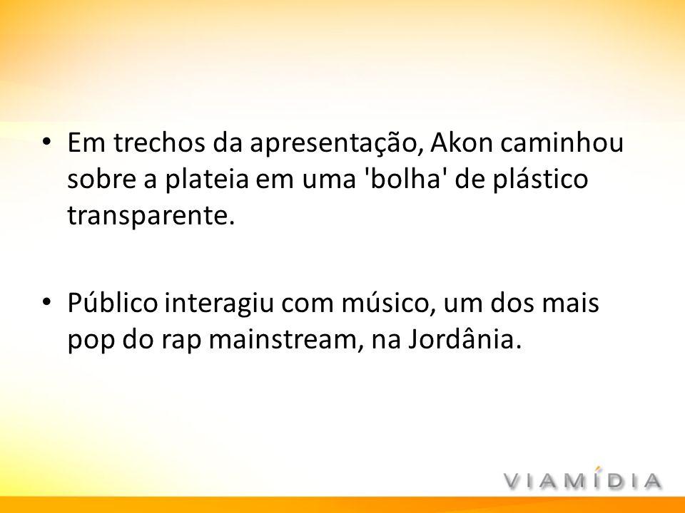 Em trechos da apresentação, Akon caminhou sobre a plateia em uma bolha de plástico transparente.
