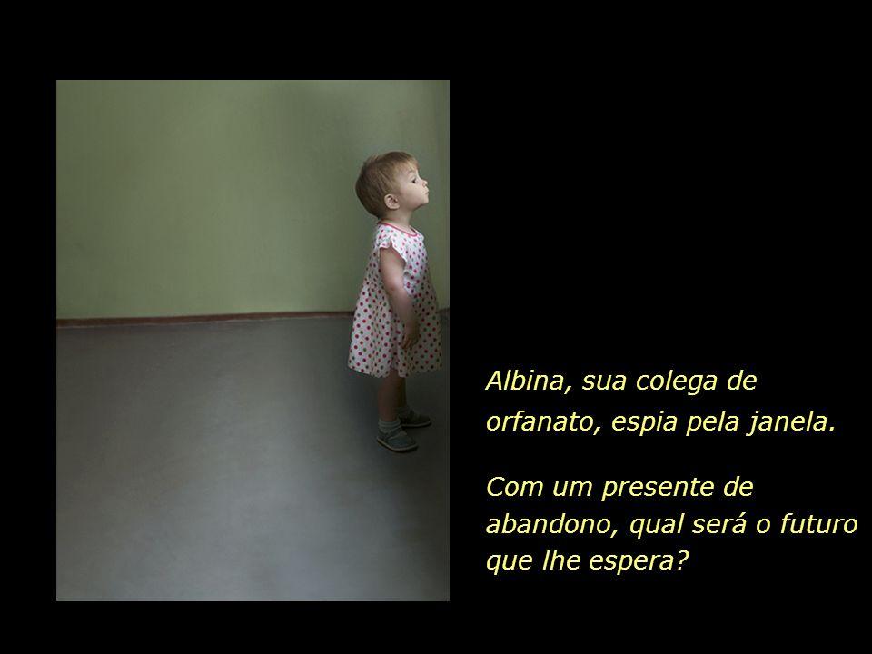 Albina, sua colega de orfanato, espia pela janela.