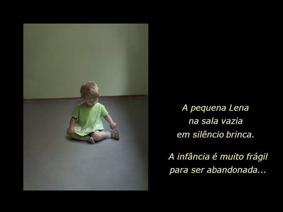 A pequena Lena na sala vazia em silêncio brinca.