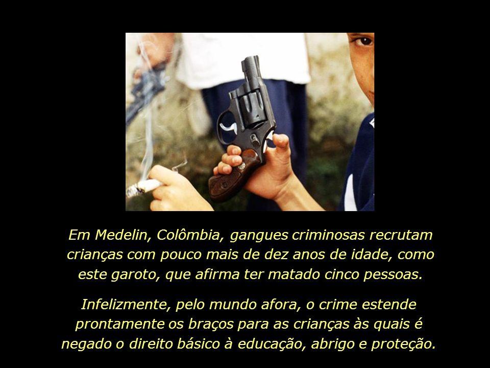 Em Medelin, Colômbia, gangues criminosas recrutam crianças com pouco mais de dez anos de idade, como este garoto, que afirma ter matado cinco pessoas.