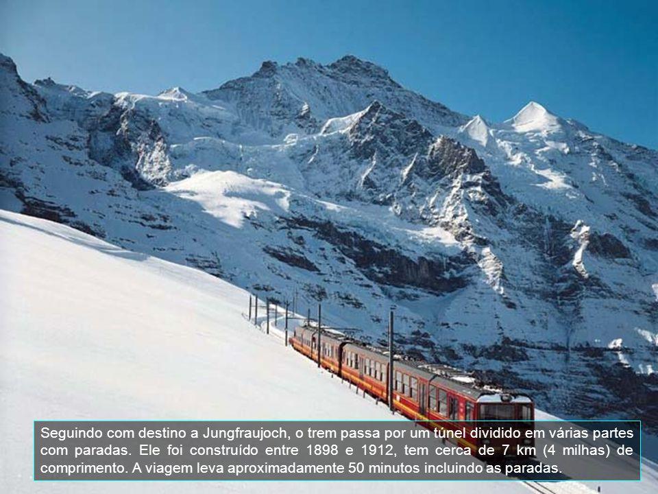 Seguindo com destino a Jungfraujoch, o trem passa por um túnel dividido em várias partes com paradas.