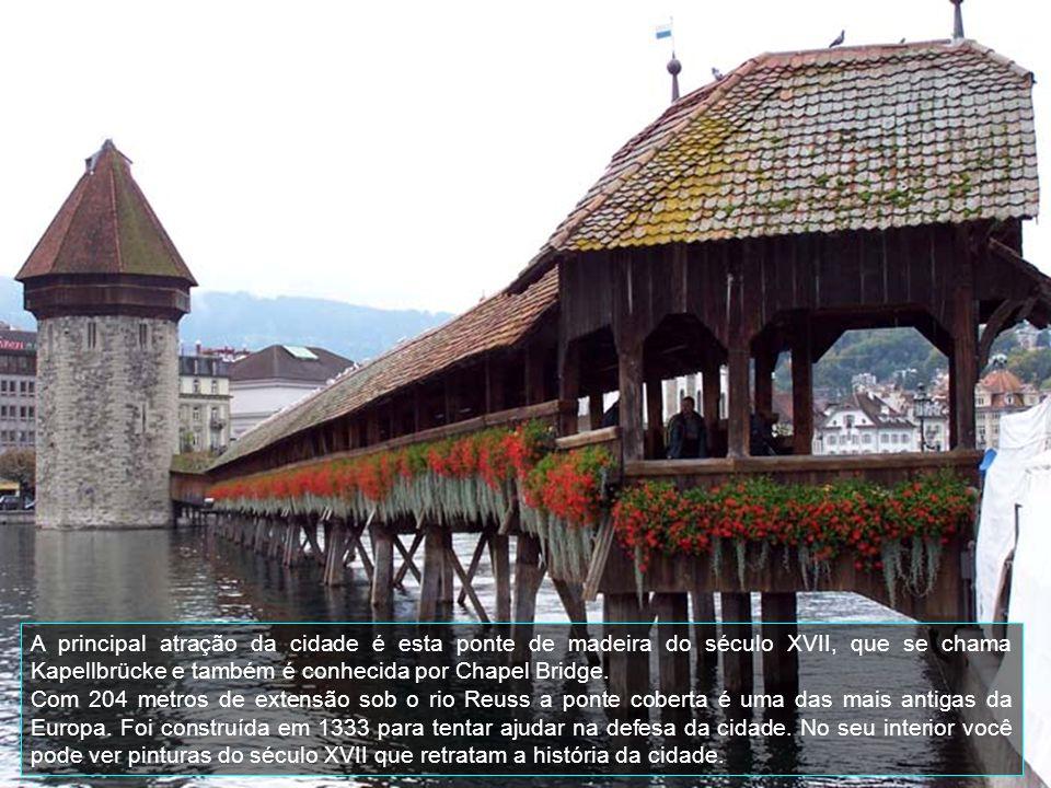 A principal atração da cidade é esta ponte de madeira do século XVII, que se chama Kapellbrücke e também é conhecida por Chapel Bridge.