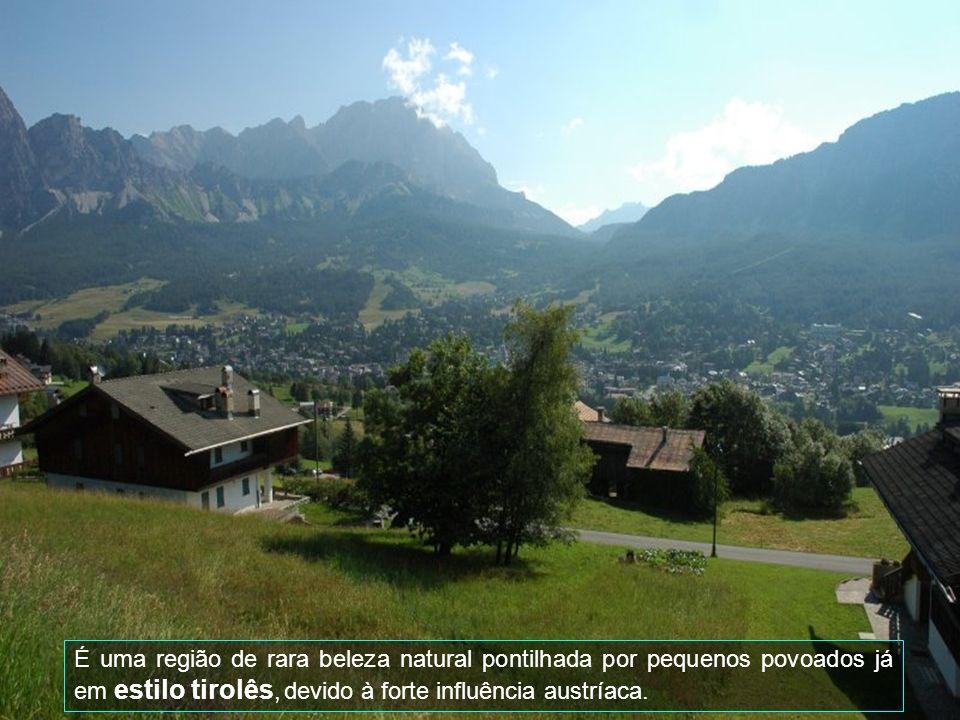 É uma região de rara beleza natural pontilhada por pequenos povoados já em estilo tirolês, devido à forte influência austríaca.