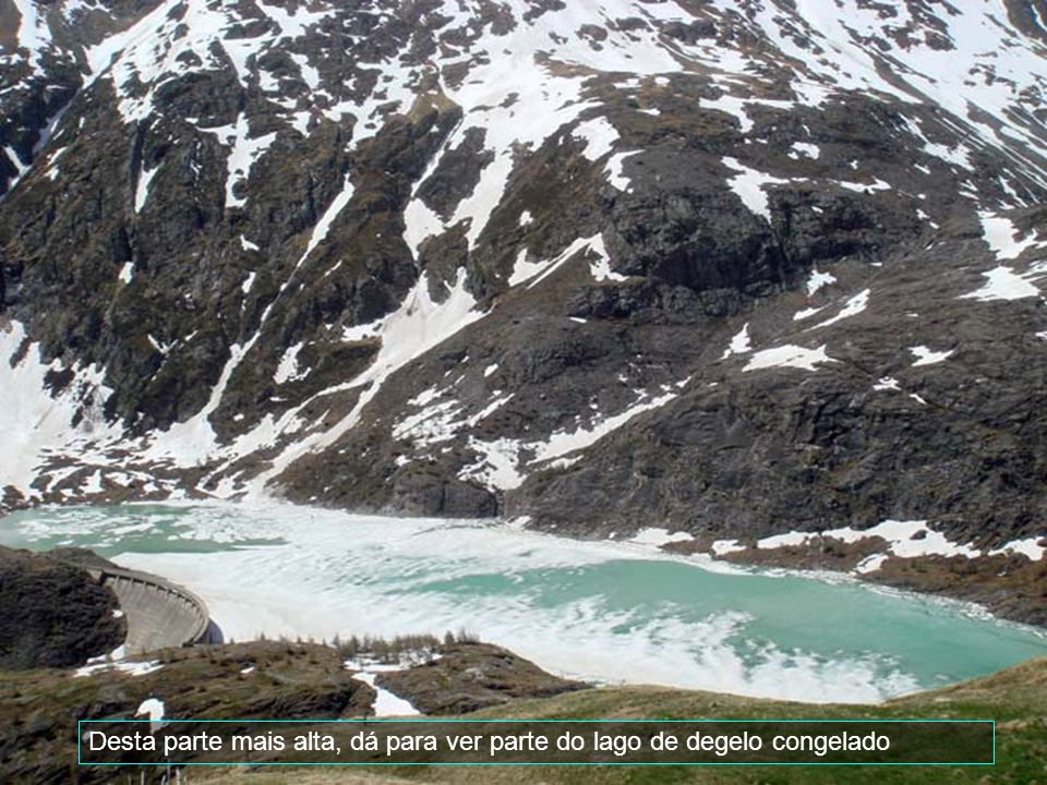 Desta parte mais alta, dá para ver parte do lago de degelo congelado