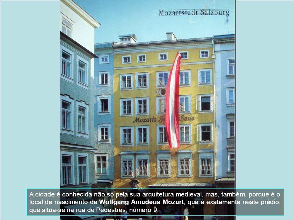 A cidade é conhecida não só pela sua arquitetura medieval, mas, também, porque é o local de nascimento de Wolfgang Amadeus Mozart, que é exatamente neste prédio, que situa-se na rua de Pedestres, número 9.