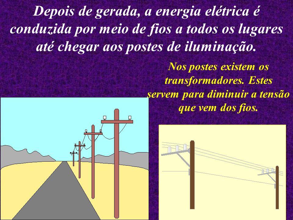 Depois de gerada, a energia elétrica é conduzida por meio de fios a todos os lugares até chegar aos postes de iluminação.
