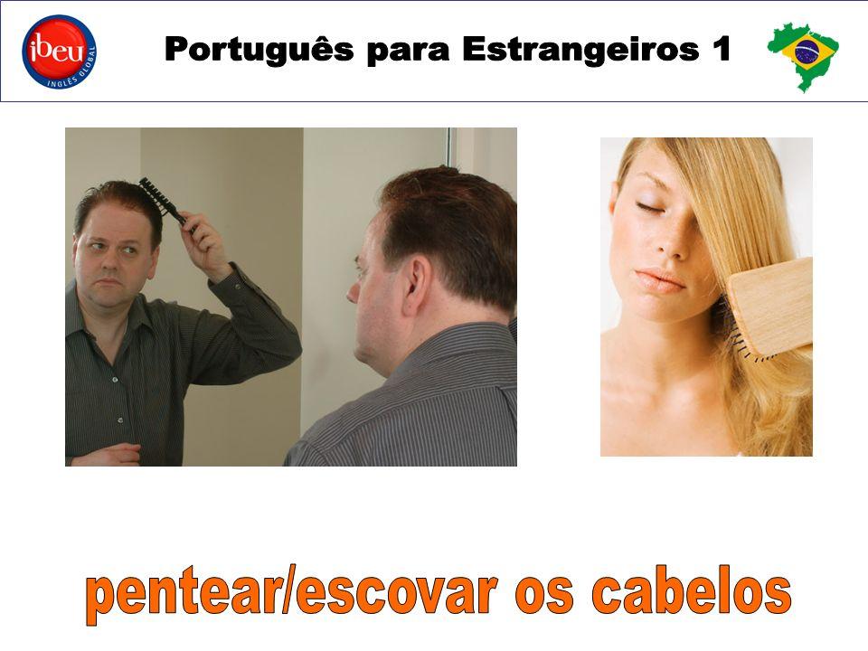 pentear/escovar os cabelos