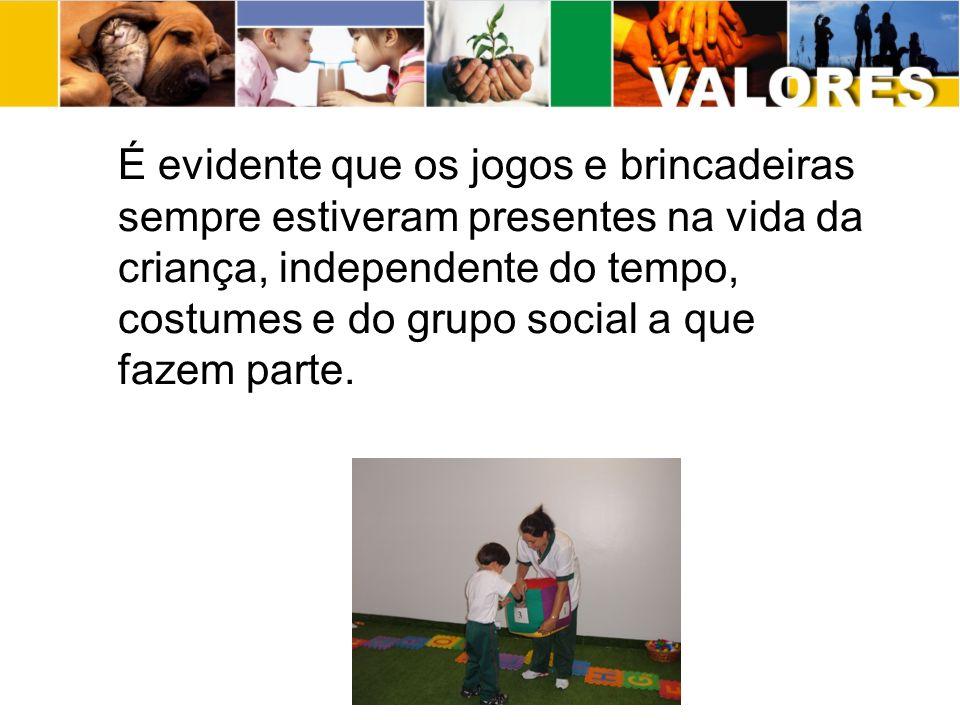 É evidente que os jogos e brincadeiras sempre estiveram presentes na vida da criança, independente do tempo, costumes e do grupo social a que fazem parte.