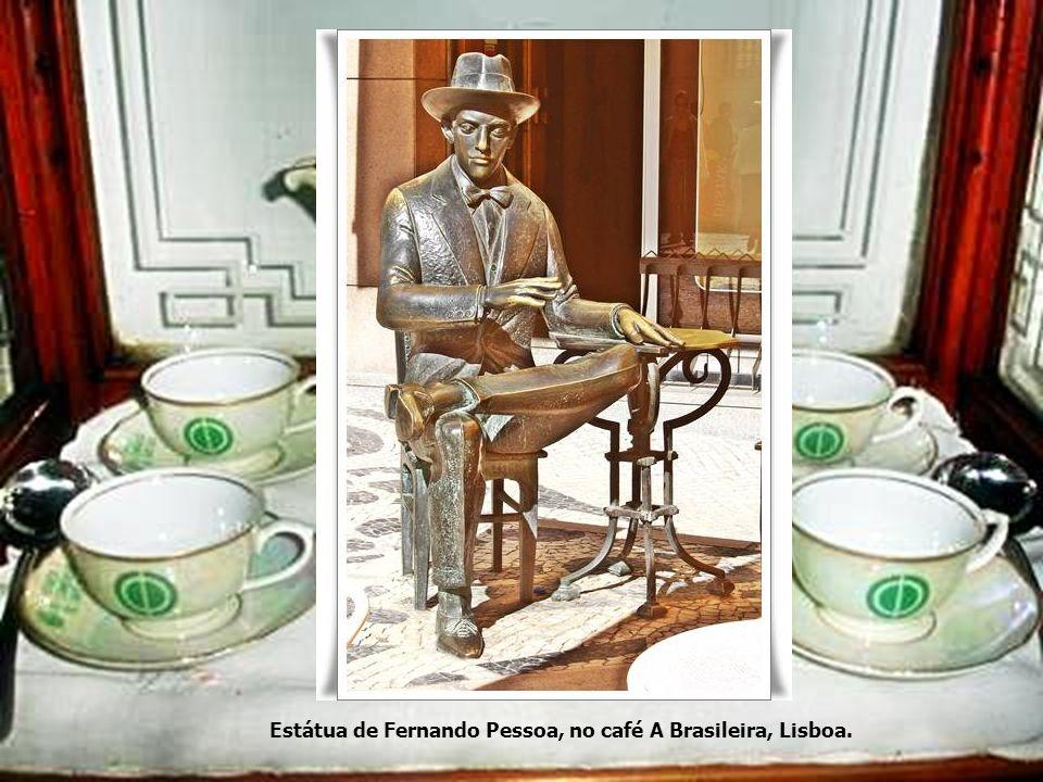 Estátua de Fernando Pessoa, no café A Brasileira, Lisboa.