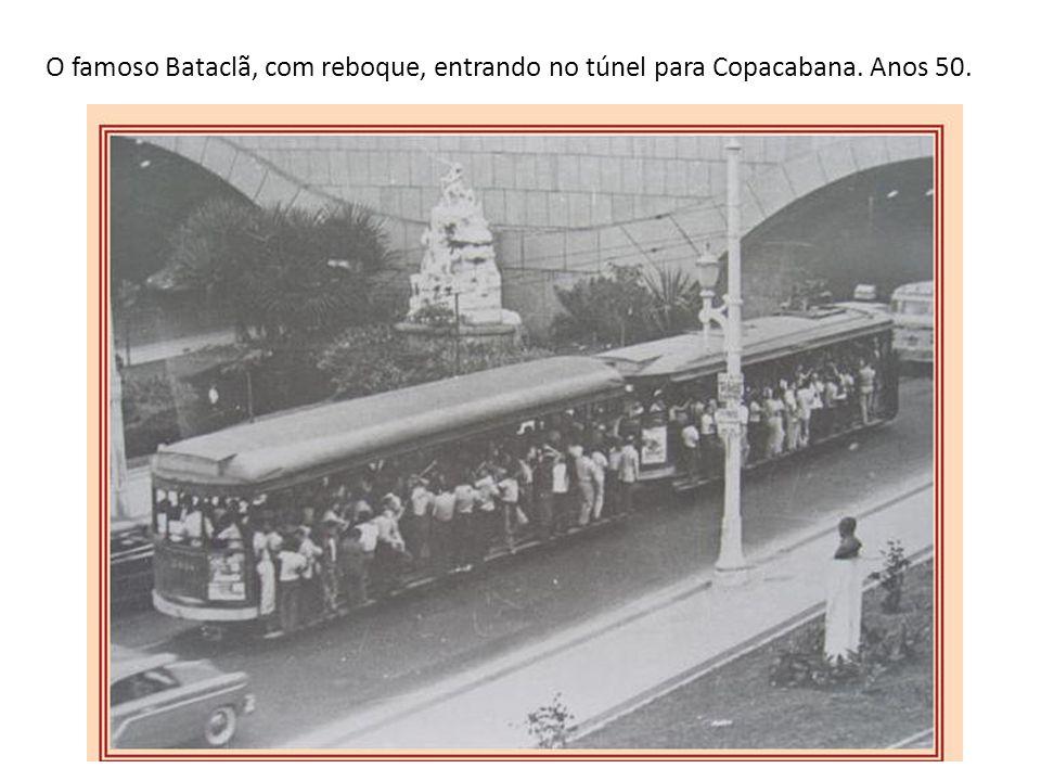 O famoso Bataclã, com reboque, entrando no túnel para Copacabana