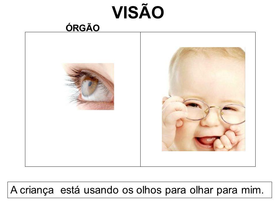 VISÃO ÓRGÃO A criança está usando os olhos para olhar para mim.