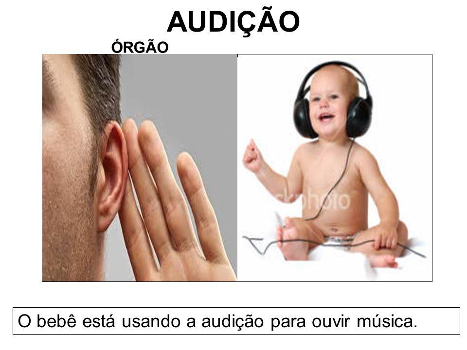 AUDIÇÃO ÓRGÃO O bebê está usando a audição para ouvir música.