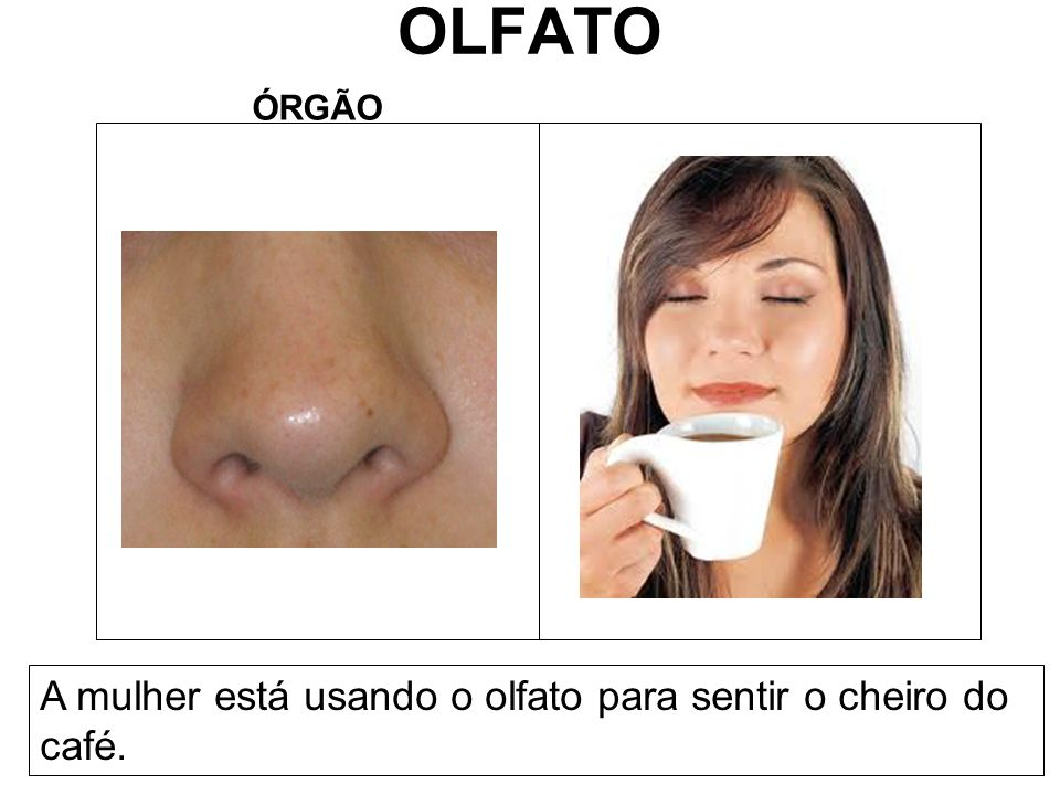 OLFATO A mulher está usando o olfato para sentir o cheiro do café.