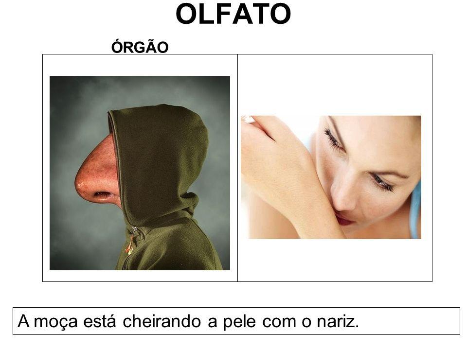 OLFATO ÓRGÃO A moça está cheirando a pele com o nariz.