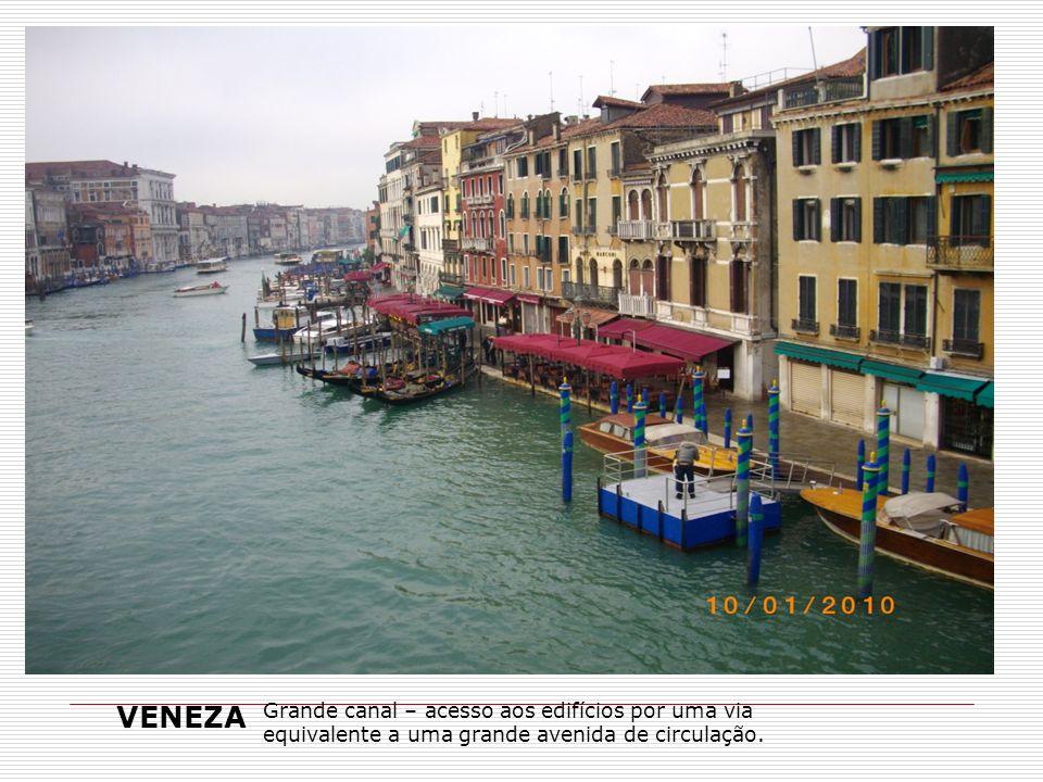 VENEZA Grande canal – acesso aos edifícios por uma via equivalente a uma grande avenida de circulação.