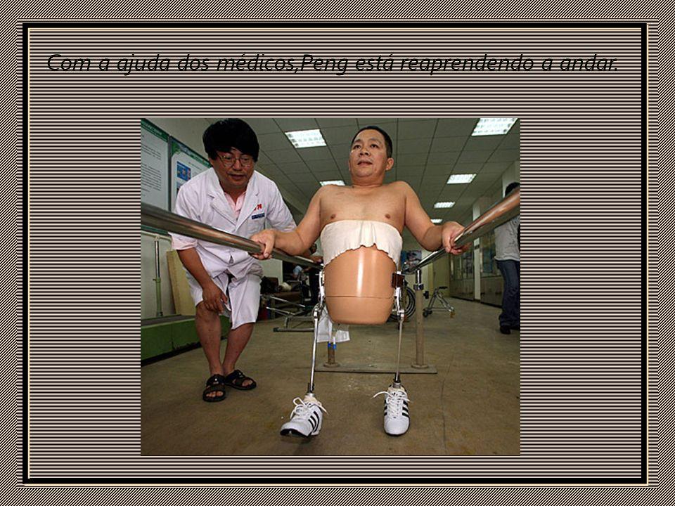 Com a ajuda dos médicos,Peng está reaprendendo a andar.