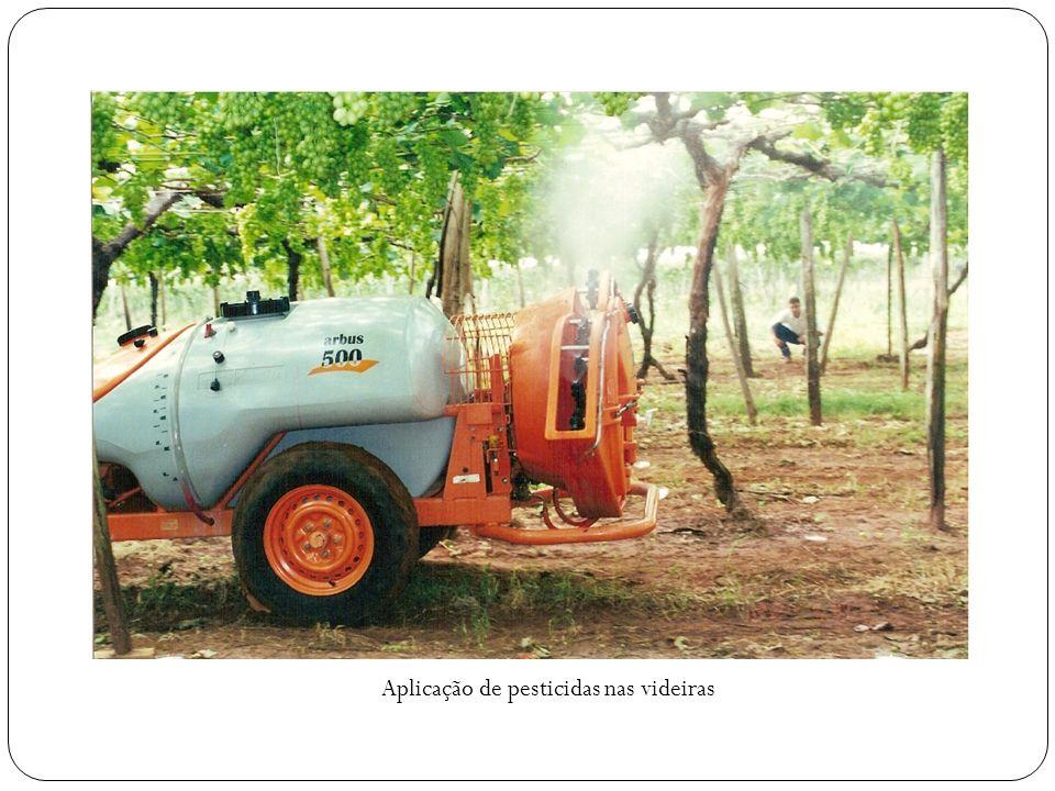 Aplicação de pesticidas nas videiras