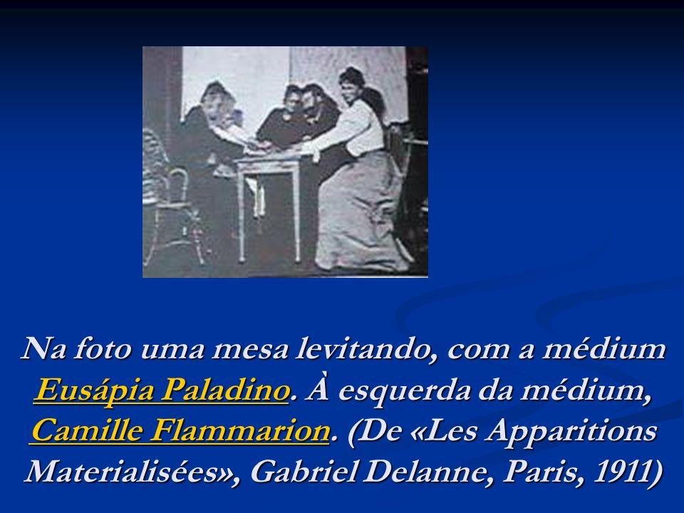 Na foto uma mesa levitando, com a médium Eusápia Paladino