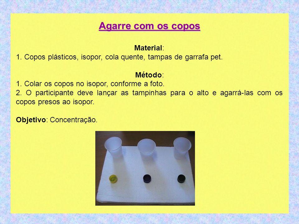 Agarre com os copos Material: 1. Copos plásticos, isopor, cola quente, tampas de garrafa pet. Método: 1. Colar os copos no isopor, conforme a foto.