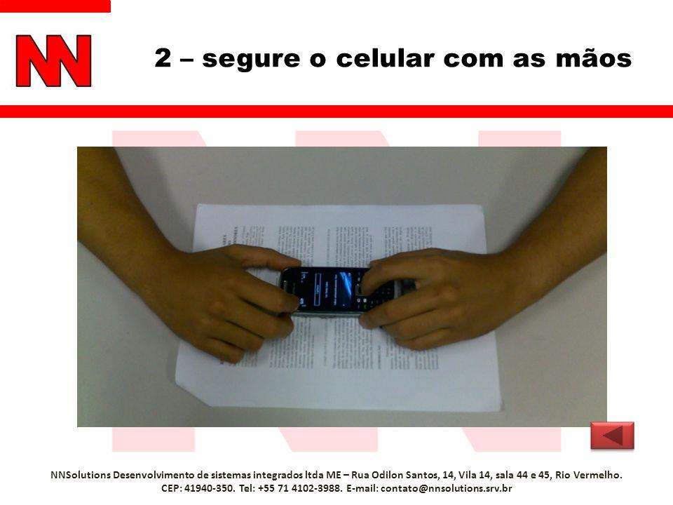 2 – segure o celular com as mãos