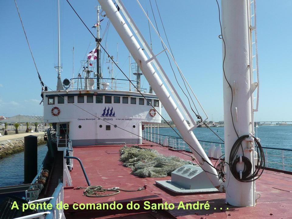 A ponte de comando do Santo André . . .