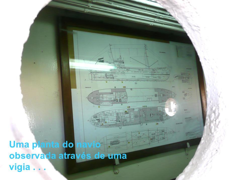 Uma planta do navio observada através de uma vigia . . .