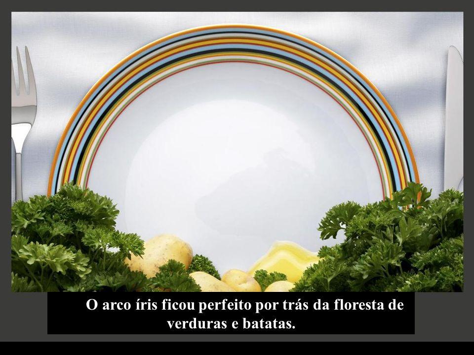 O arco íris ficou perfeito por trás da floresta de verduras e batatas.