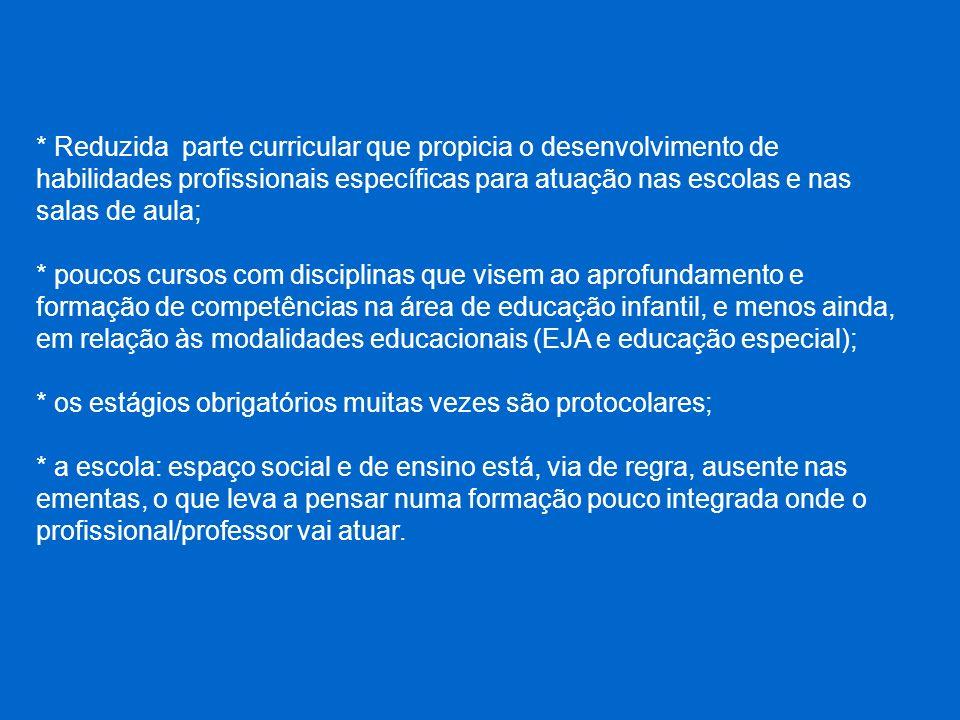 * Reduzida parte curricular que propicia o desenvolvimento de habilidades profissionais específicas para atuação nas escolas e nas salas de aula;