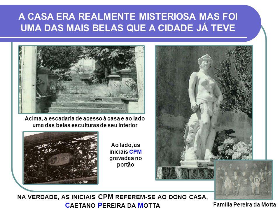 Ao lado, as iniciais CPM gravadas no portão Família Pereira da Motta