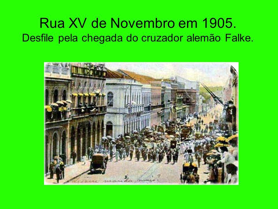 Rua XV de Novembro em 1905. Desfile pela chegada do cruzador alemão Falke.