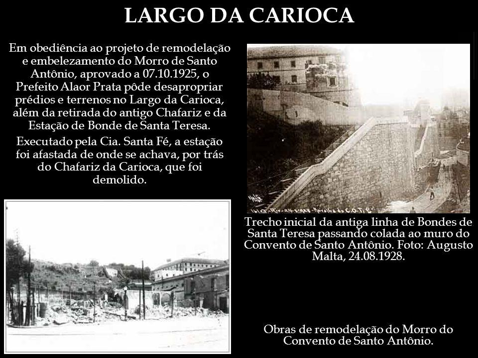 LARGO DA CARIOCA O Professor (Guia), em seguida, chamou a nossa attenção para o monumental chafariz que dá o nome ao largo.
