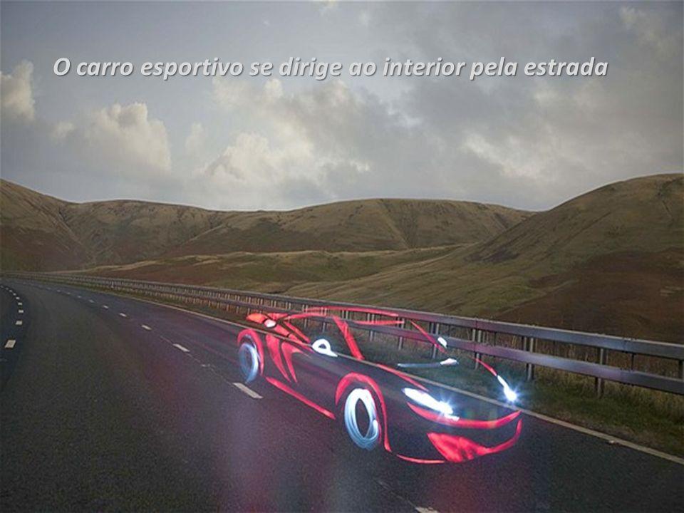 O carro esportivo se dirige ao interior pela estrada