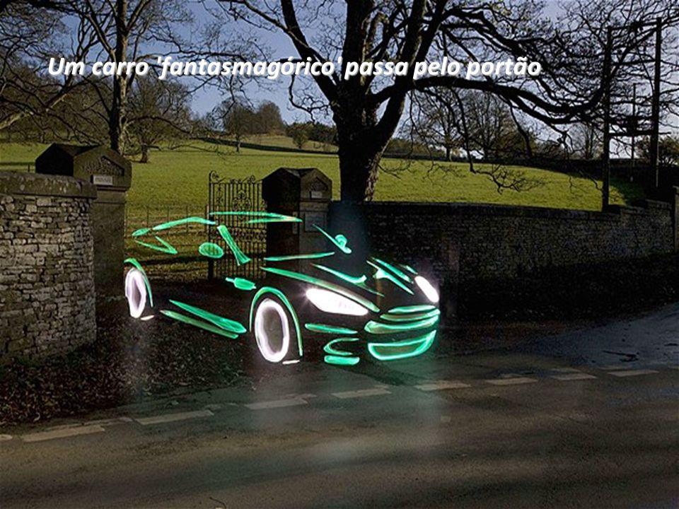 Um carro fantasmagórico passa pelo portão