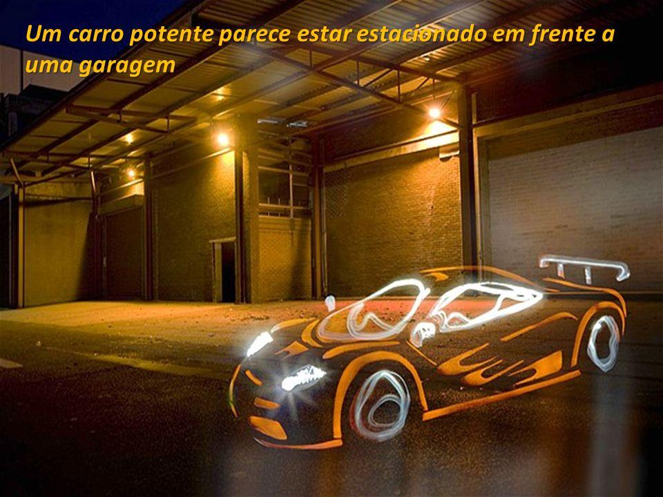Um carro potente parece estar estacionado em frente a uma garagem