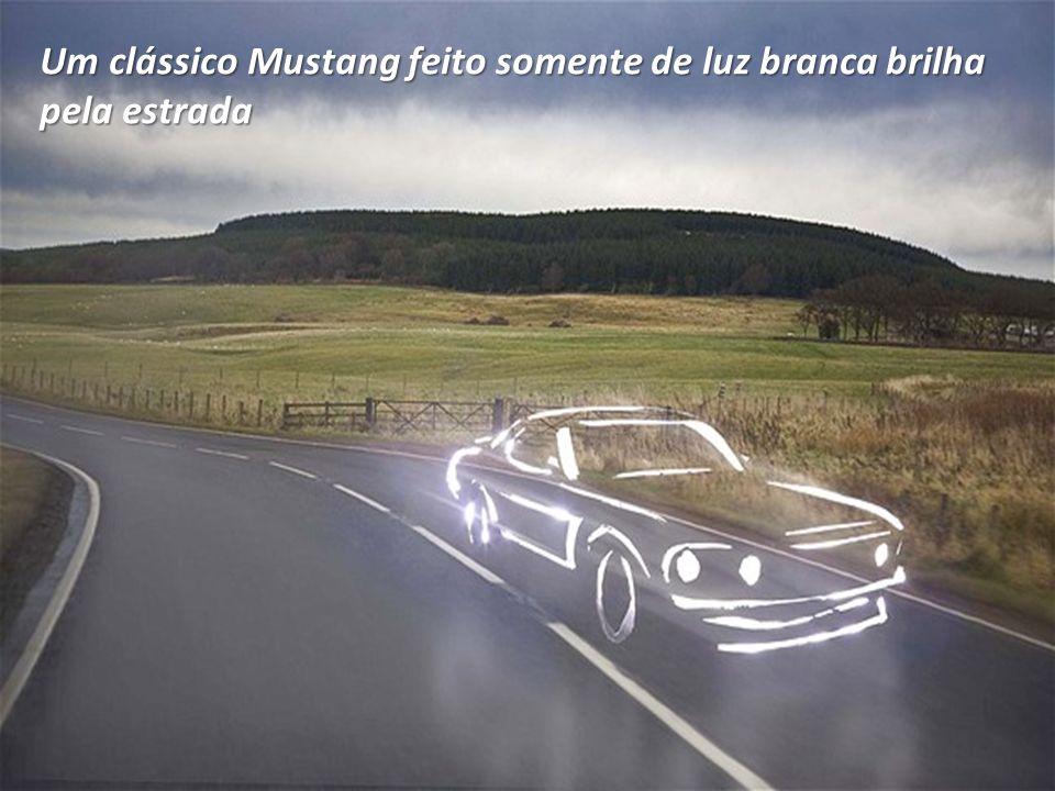Um clássico Mustang feito somente de luz branca brilha pela estrada