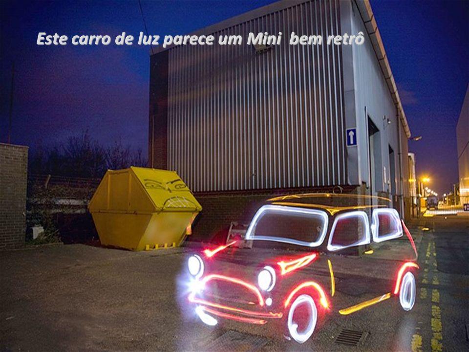 Este carro de luz parece um Mini bem retrô