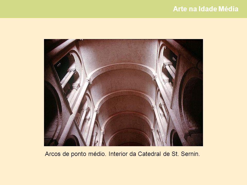 Arcos de ponto médio. Interior da Catedral de St. Sernin.