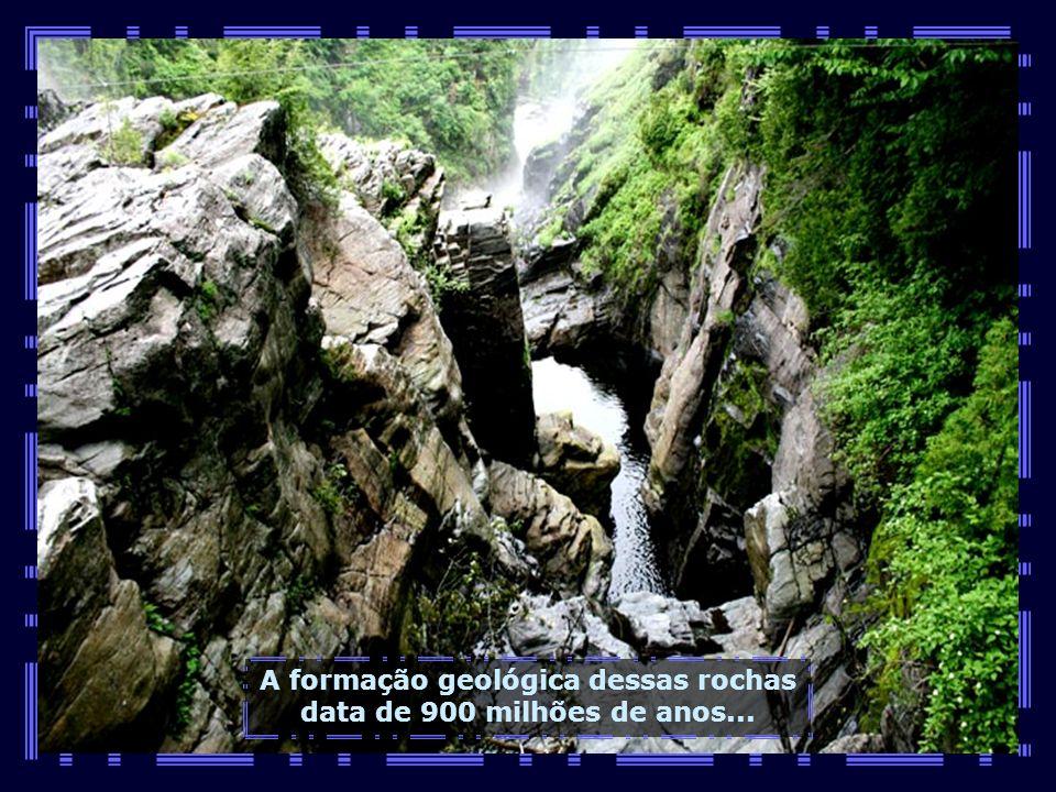 A formação geológica dessas rochas data de 900 milhões de anos...