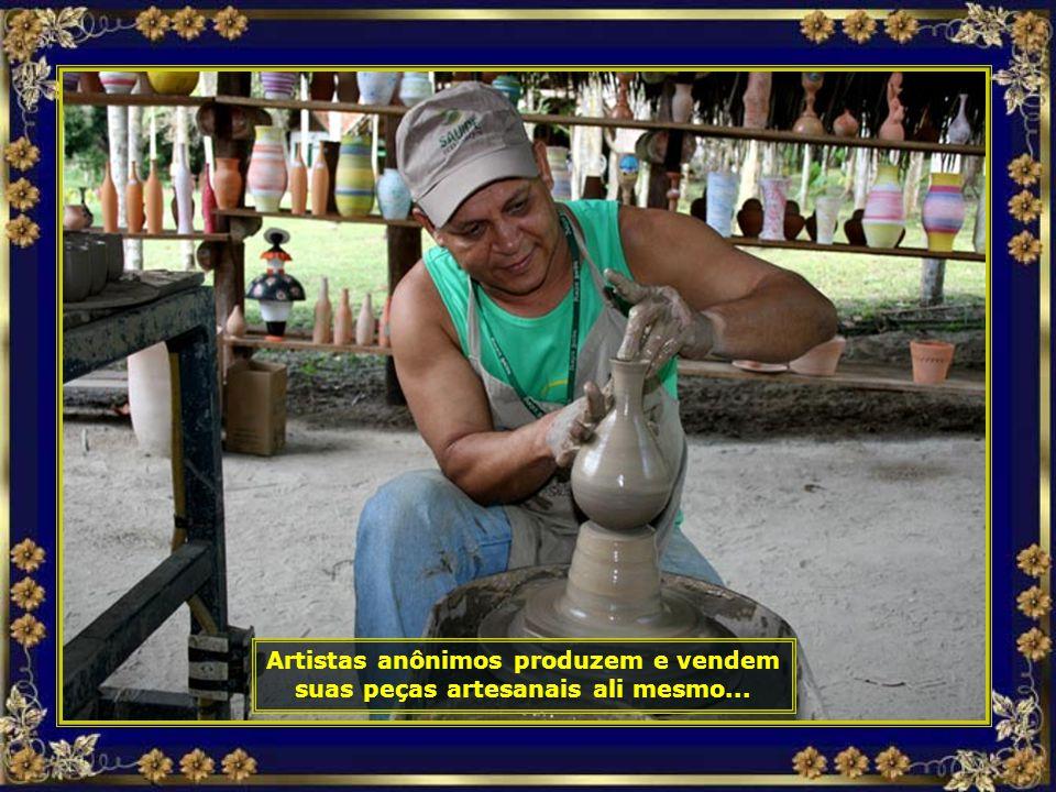 Artistas anônimos produzem e vendem suas peças artesanais ali mesmo...