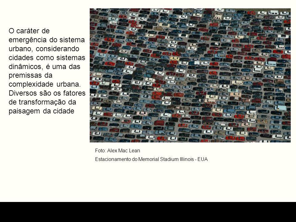 O caráter de emergência do sistema urbano, considerando cidades como sistemas dinâmicos, é uma das premissas da complexidade urbana. Diversos são os fatores de transformação da paisagem da cidade