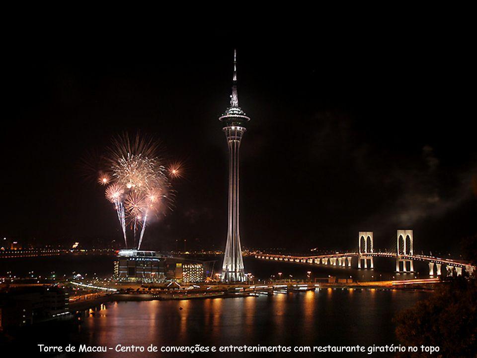 Torre de Macau – Centro de convenções e entretenimentos com restaurante giratório no topo