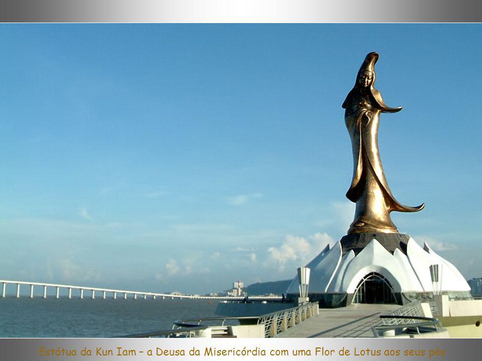 Estátua da Kun Iam – a Deusa da Misericórdia com uma Flor de Lotus aos seus pés