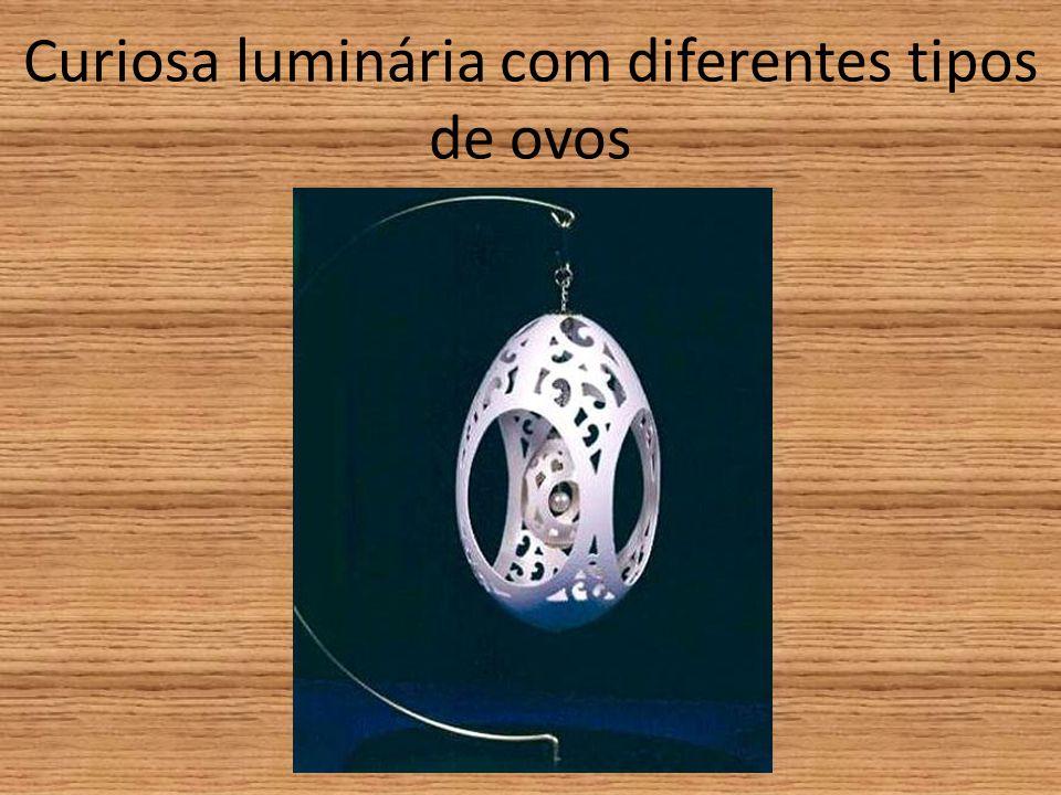 Curiosa luminária com diferentes tipos de ovos