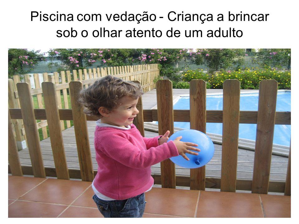 Piscina com vedação - Criança a brincar sob o olhar atento de um adulto
