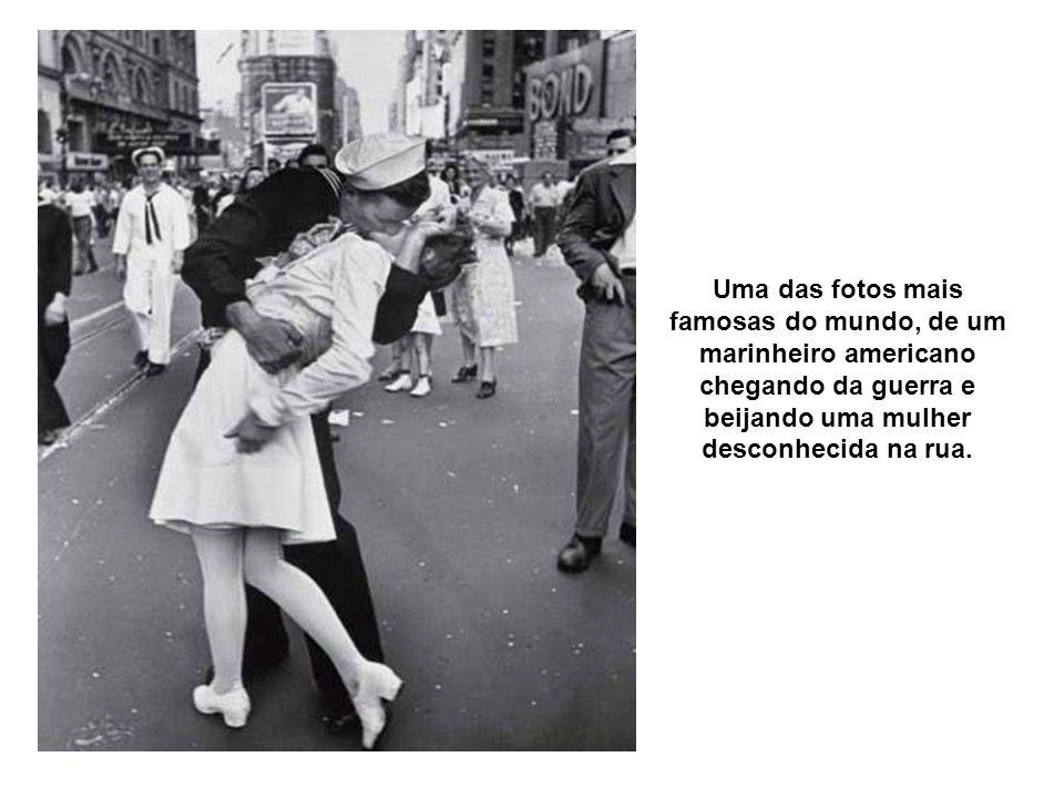 Uma das fotos mais famosas do mundo, de um marinheiro americano chegando da guerra e beijando uma mulher desconhecida na rua.