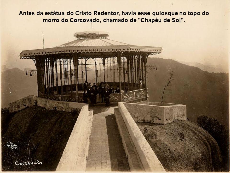 Antes da estátua do Cristo Redentor, havia esse quiosque no topo do morro do Corcovado, chamado de Chapéu de Sol .