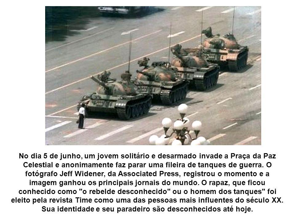 No dia 5 de junho, um jovem solitário e desarmado invade a Praça da Paz Celestial e anonimamente faz parar uma fileira de tanques de guerra.