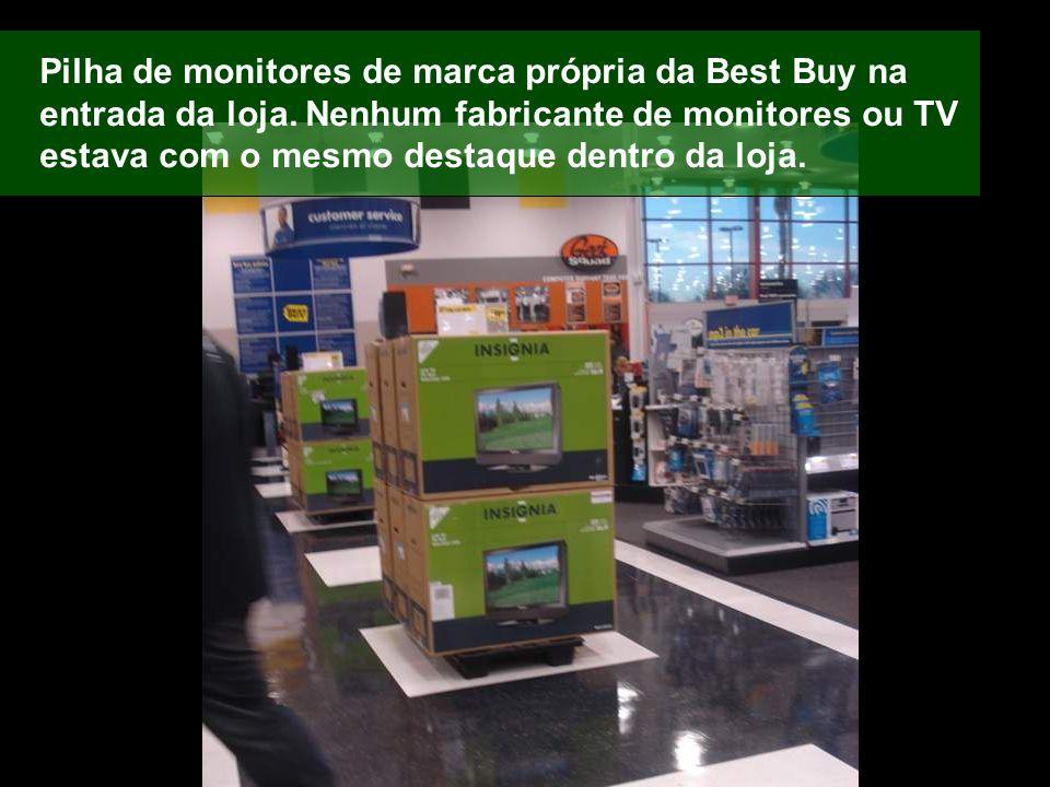 Pilha de monitores de marca própria da Best Buy na entrada da loja