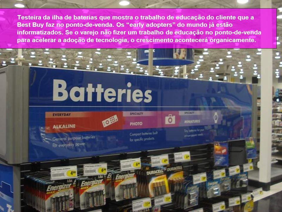 Testeira da ilha de baterias que mostra o trabalho de educação do cliente que a Best Buy faz no ponto-de-venda.