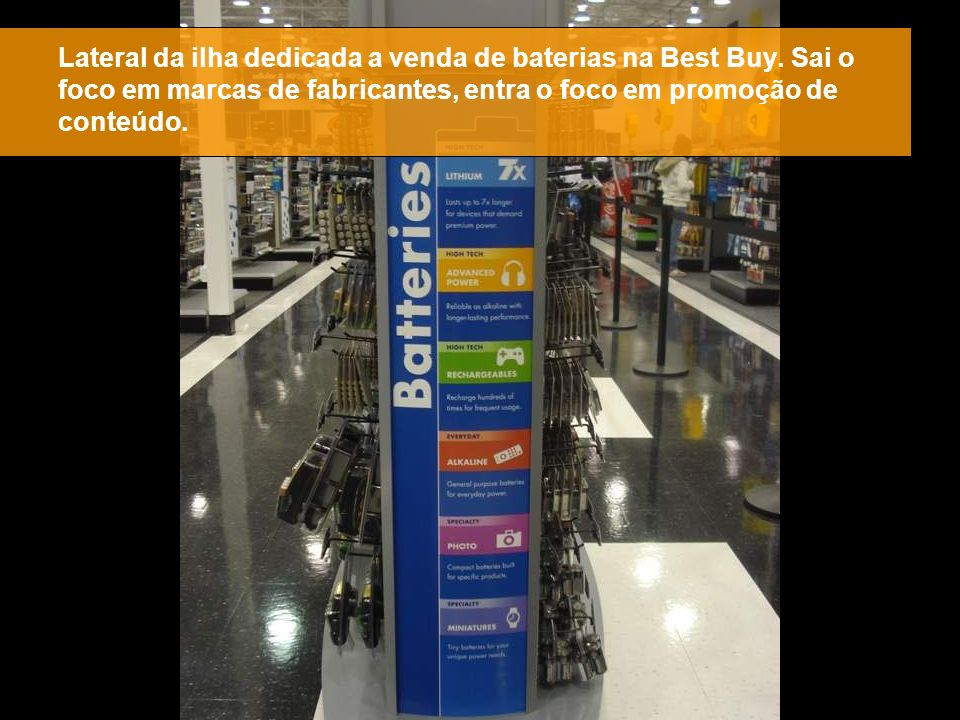 Lateral da ilha dedicada a venda de baterias na Best Buy